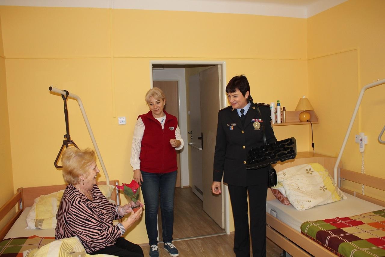 Darování vánoční hvězdy zdroj foto: PČR