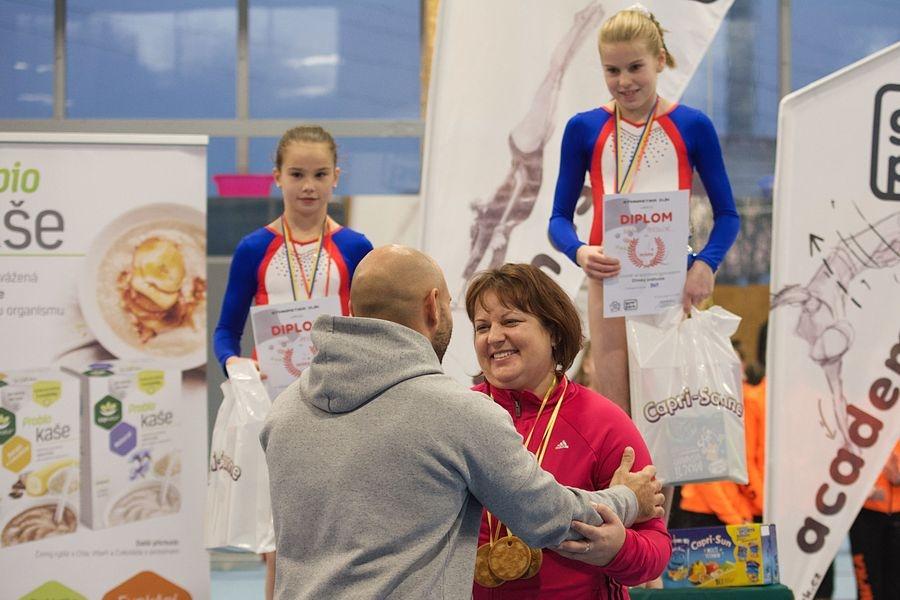 trenérka Silvie Urbanová přebírá cenu trenérů zdroj foto: oddíl - J. Žandová