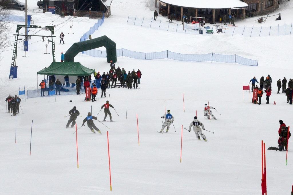 Dojezd hlídek do cíle paralelního slalomu foto: Jiří Pařízek