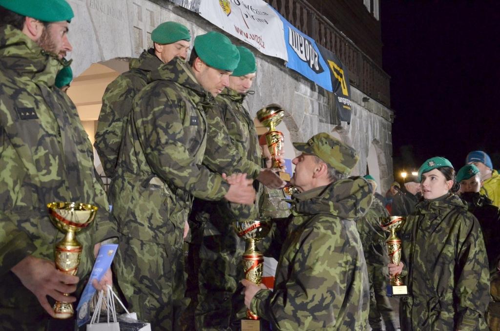 Předání pohárů vítězům armádního mistrovství WS 2019 foto: Jiří Pařízek