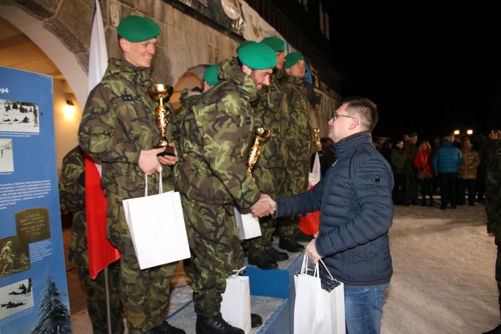 Stříbrnému družstvu 13. dp Jince předává cenu ředitel VTÚ Jiří Protiva foto: Jiří Pařízek