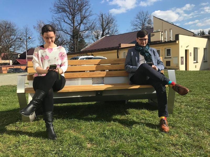 místostarosta města Jakub Jirgl zkouší první Chytrou lavičku v Šumperku zdroj foto: mus