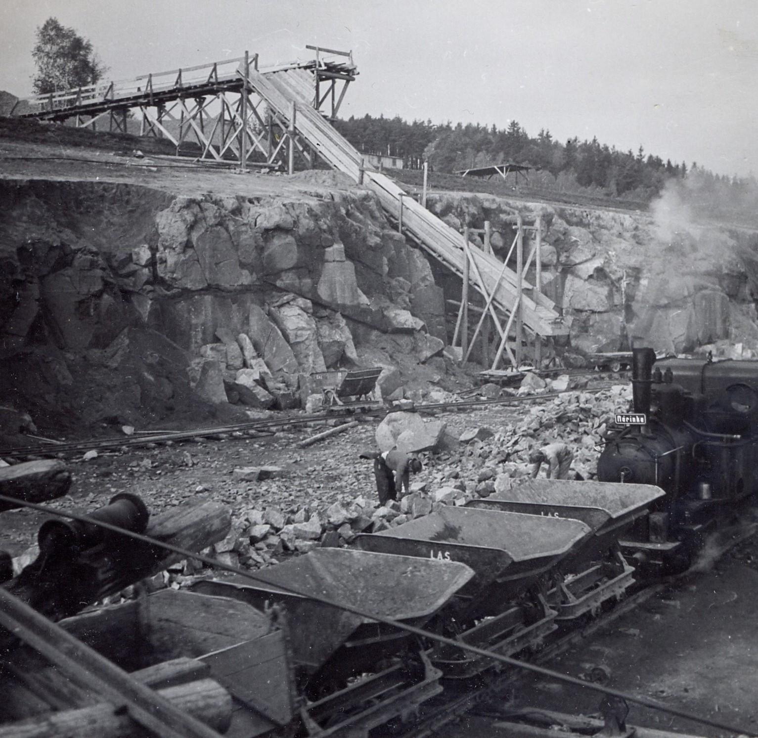 Práce ve skalním zářezu mezi Kunicemi a Božkovem (1940). zdroj foto: MS