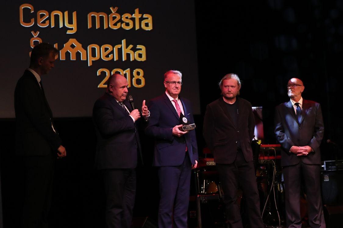 Ceny MŠ 2018 - slavnostní večer - MŠ přebírá cenu zdroj foto: šumpersko.net - M. Jeřábek
