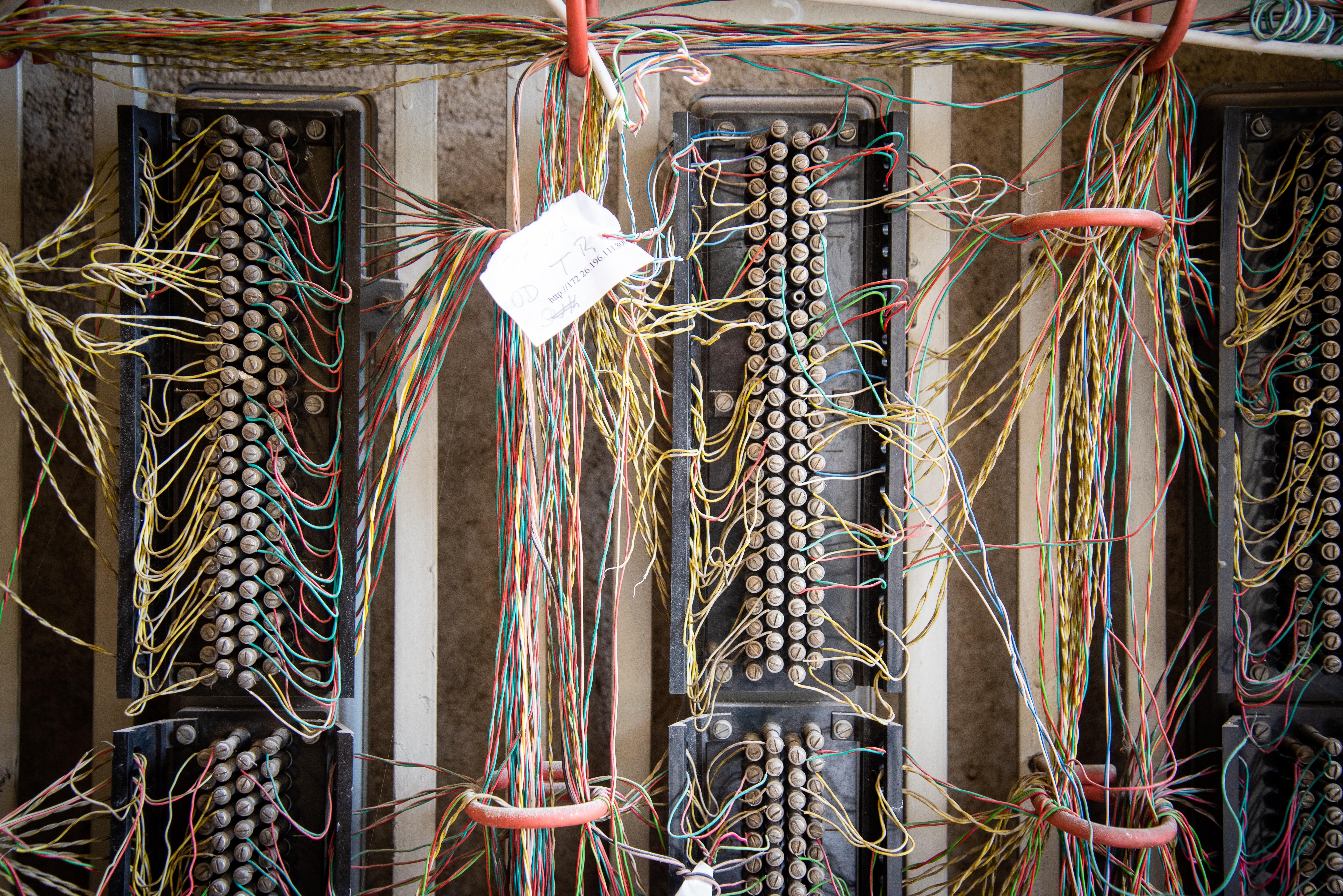 Před zahájením bourání musela být ještě provedena přeložka sdělovacích kabelů zdroj foto: FNOL