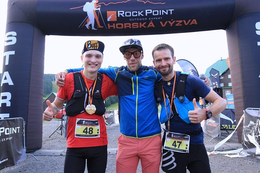 Nejrychlejší běžci Longu - Tomáš Klimša a Dominik Hlupáč s ambasadorem Zbyňkem Cyprou zdroj foto: Patrik Pátek/PatRESS.cz