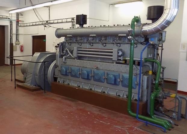 V případě blackoutu by black start začal v kotelně Dlouhých strání, kde je připraven dálkově ovladatelný dieselagregát. Ten umožní spuštění vody z horní nádrže, roztočení turbíny a postupné dodání napětí přes rozvodnu Krasíkov až do Elektrárny Chvaletice zdroj foto: V. Sobol