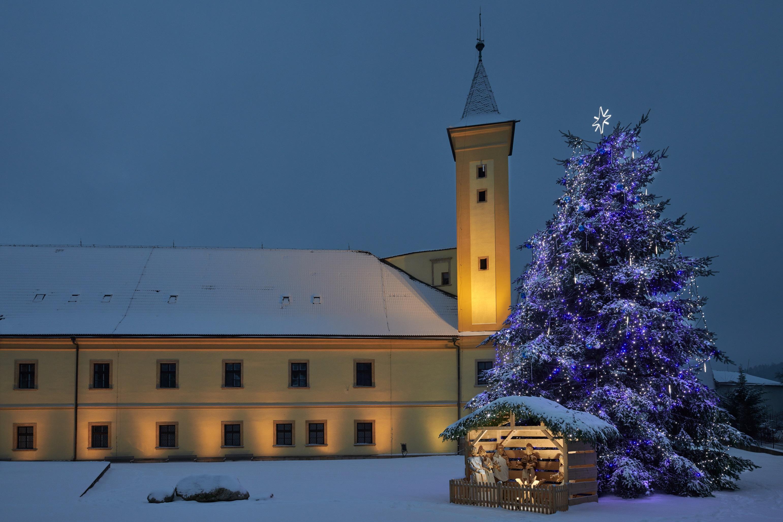 hlavní budova městského úřadu a vánoční strom zdroj foto: muz