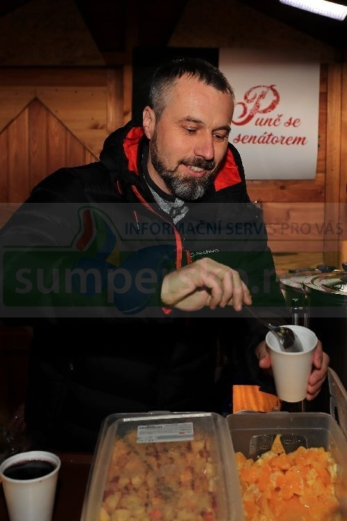 Přes deset tisíc korun vybral v průběhu prodeje vánočního punče senátor Mirek Adámek foto: sumpersko.net - M. Jeřábek