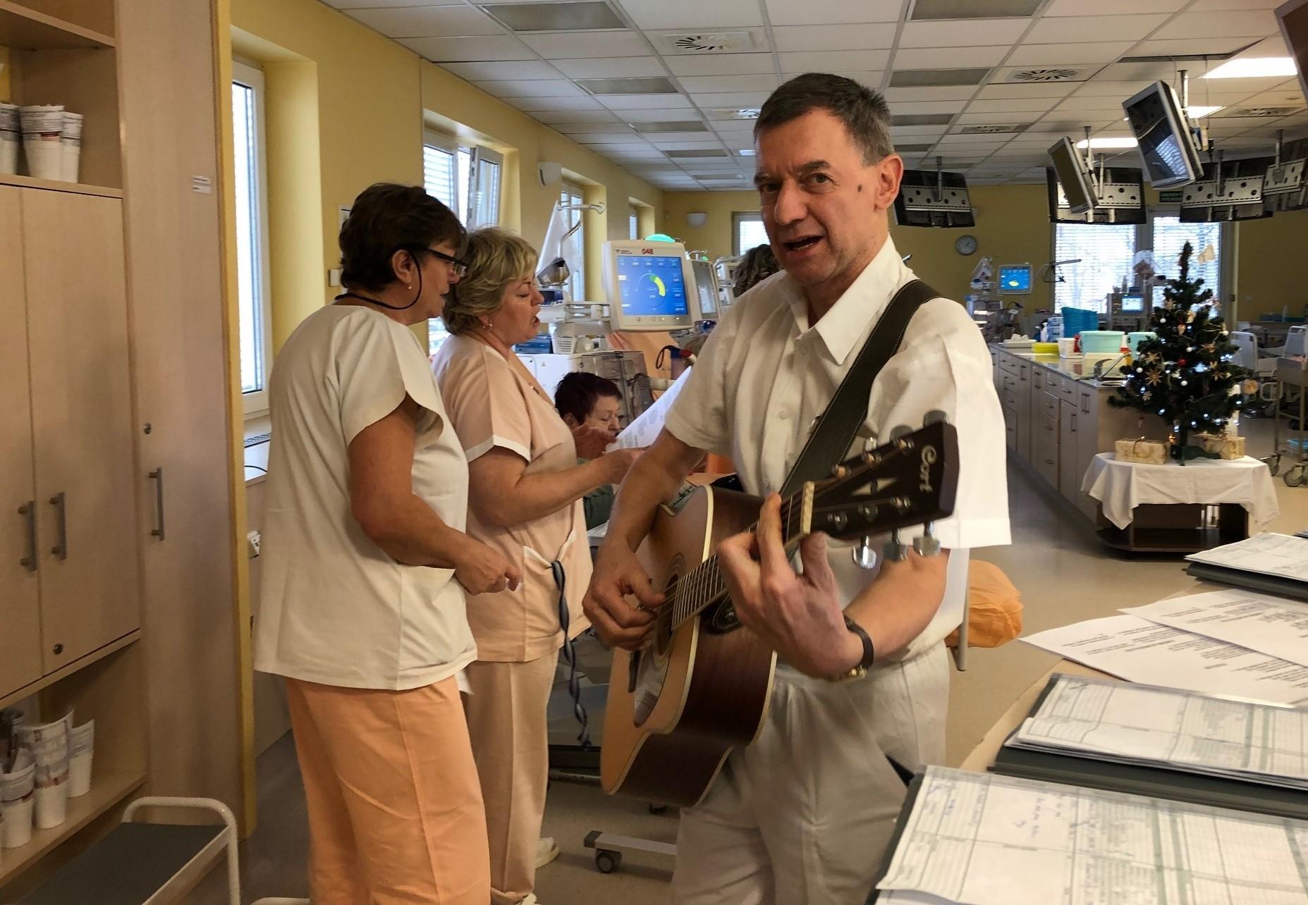 MUDr. Petr Schlemmer, primář Dialýzy Šumperk, zpíval se svým kolektivem koledy pacientům zdroj foto: Agel