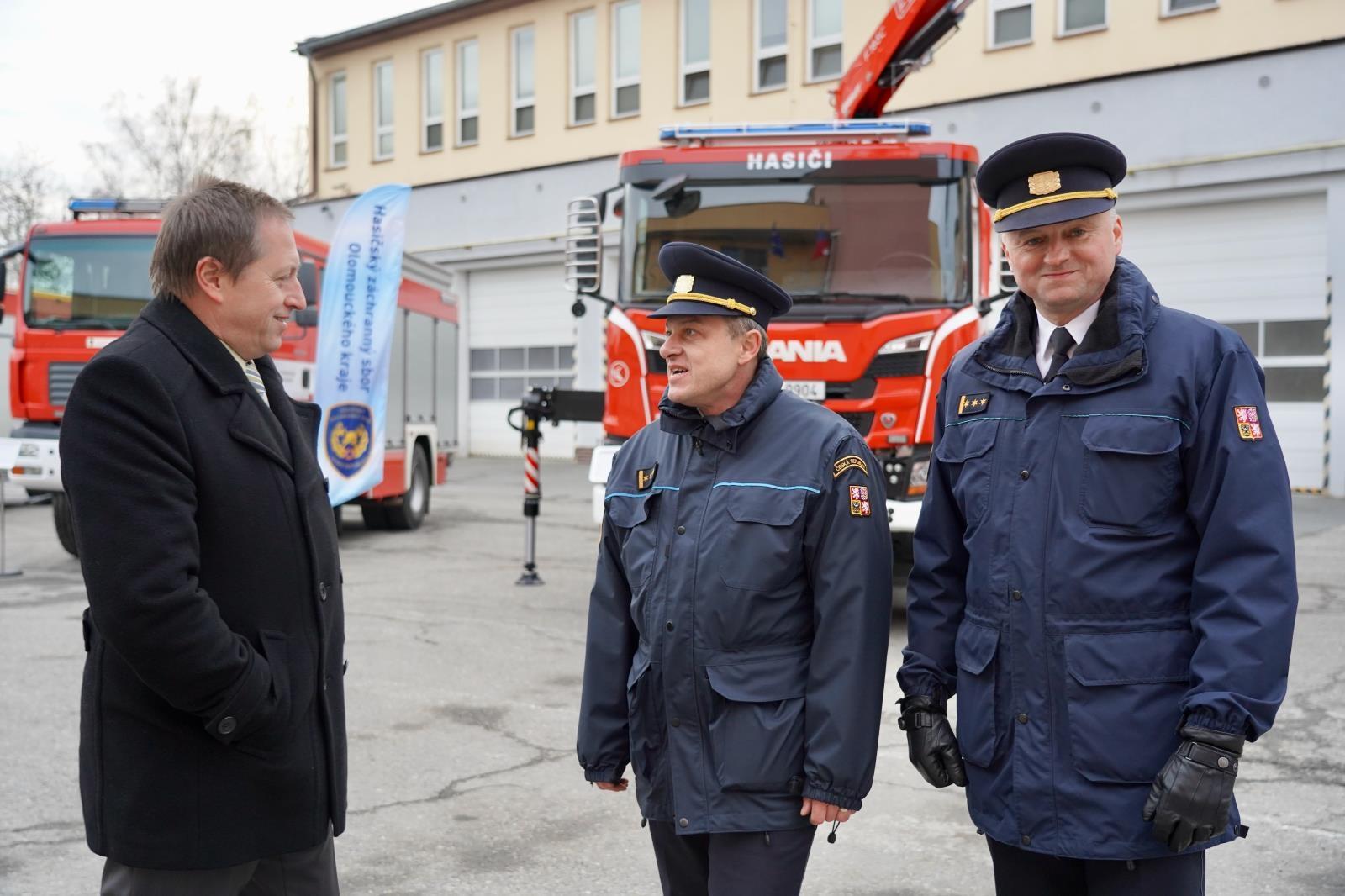 slavnostní předání hasičské techniky zdroj foto: HZS OLK
