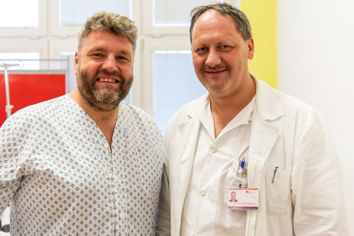 Automobilový jezdec Martin Kolomý a přednosta Neurochirurgické kliniky FN Olomouc prof. MUDr. Lumír Hrabálek, Ph.D zdroj foto: FNOL