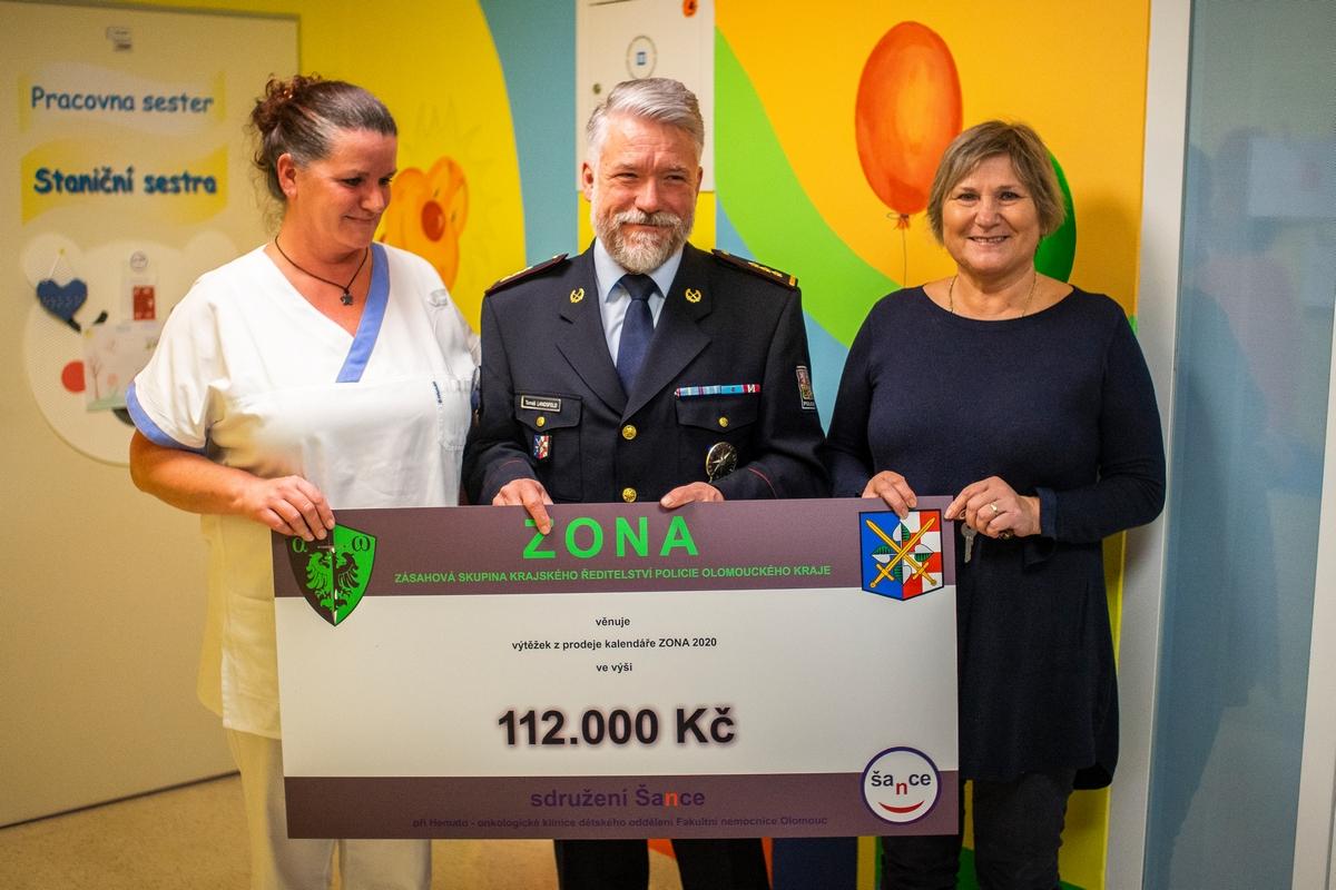 Zona - Předání výtěžku z prodeje kalendáře zdroj foto: PČR