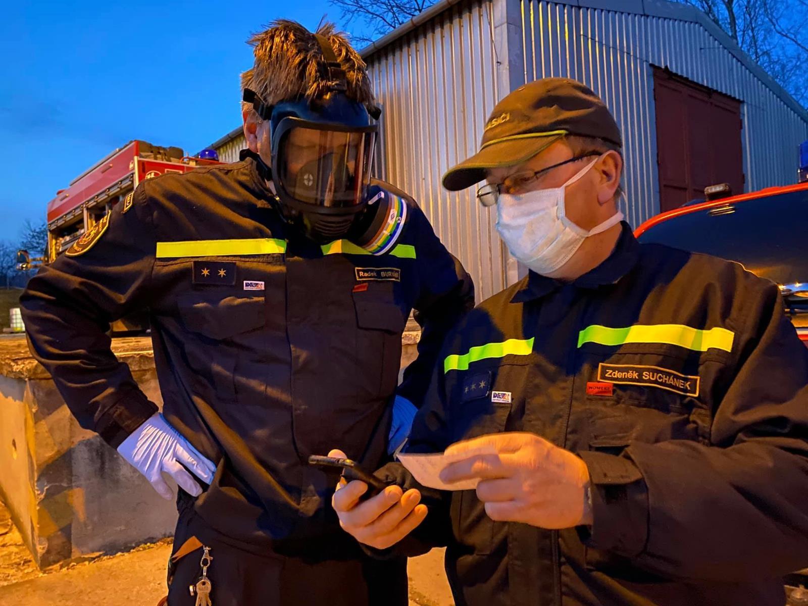 Hasiči v kraji vyrobili už 20 kubíků dezinfekce zdroj foto: HZS OLK