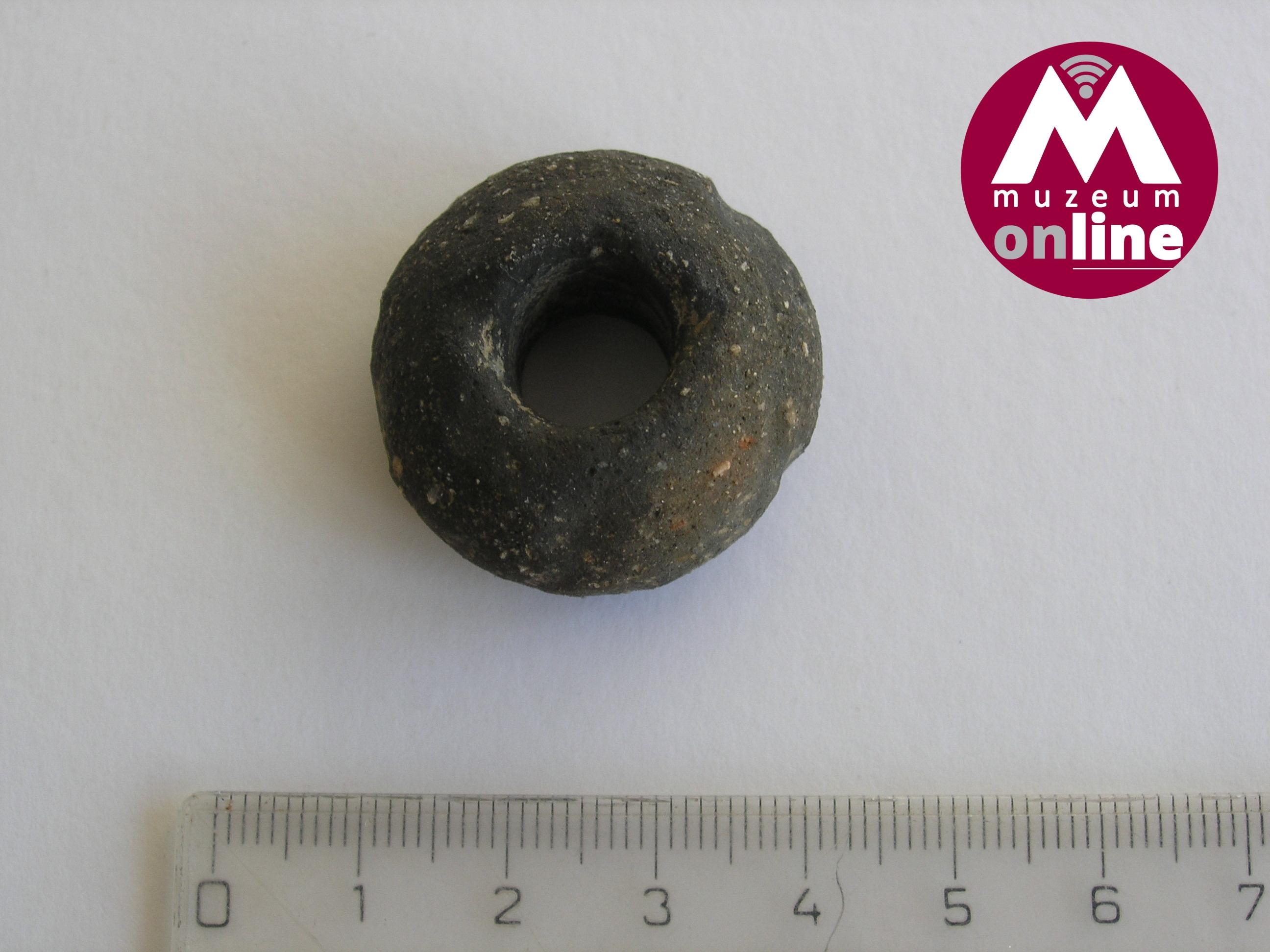 Keramický přeslen nalezený při průzkumu u Dolních Studének (foto J. Halama, VMŠ