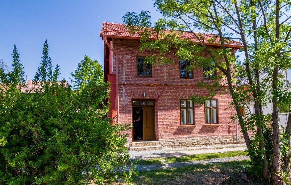 Červený domek v Kostelci na Hané opět připomíná básníka Petra Bezruče zdroj foto: OLK