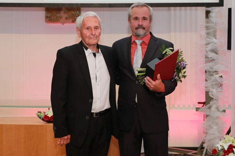 přebírá: Milan Maceček, ředitel předává: Květoslav Vykydal, zastupitel foto: M. Jeřábek - sumpersko.net