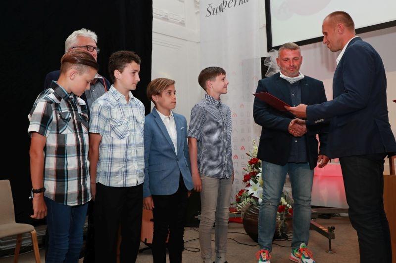 přebírá: Petr Strnad, trenér (spolu s několika hráči) předává: Martin Janíček, zastupitel foto: M. Jeřábek - sumpersko.net