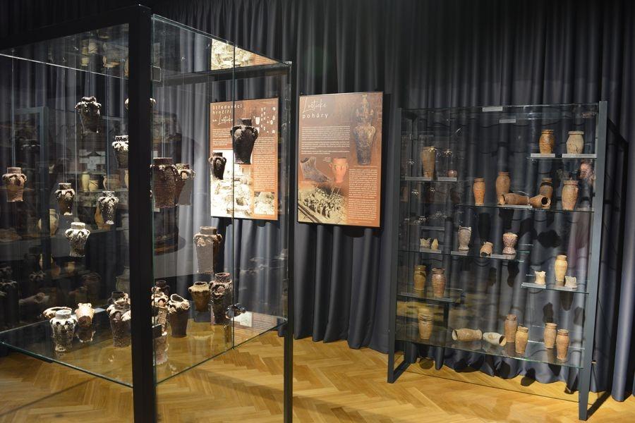 Expozice loštických pohárů zdroj foto: VMŠ