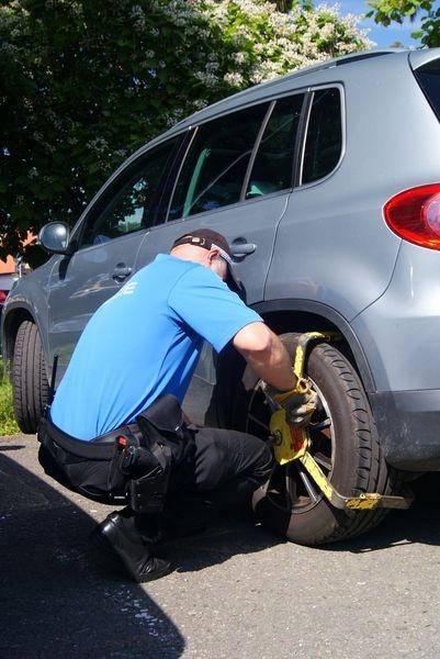 strážník při montáži TPZOV – tzv. botičky foto: mus - MPŠ