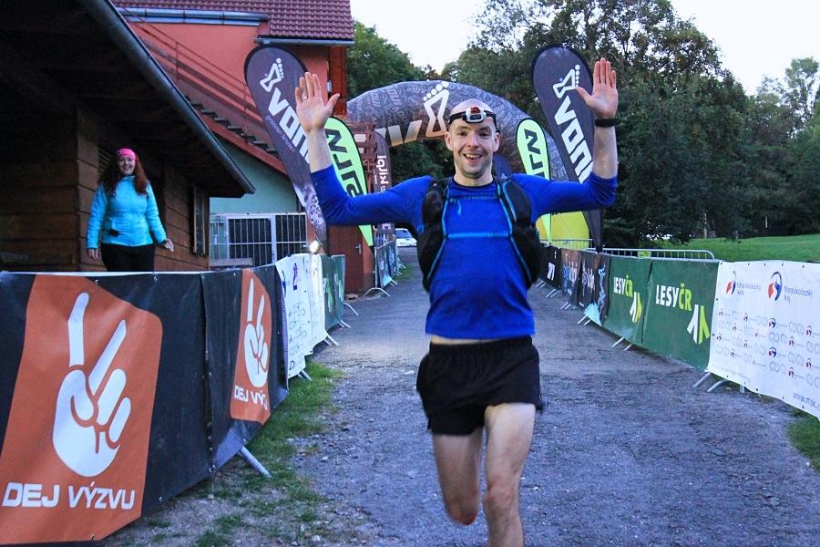 vítěz Longu, polský ultratrailista Bartosz Misiak zdroj foto: Patrik Pátek/PatRESS.cz probíhá cílem