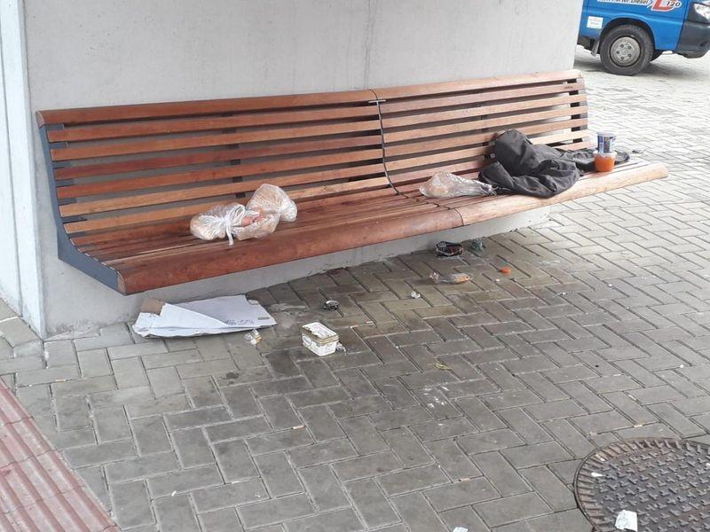 odpadky na lavičce na zastávce MHD zdroj foto:mus