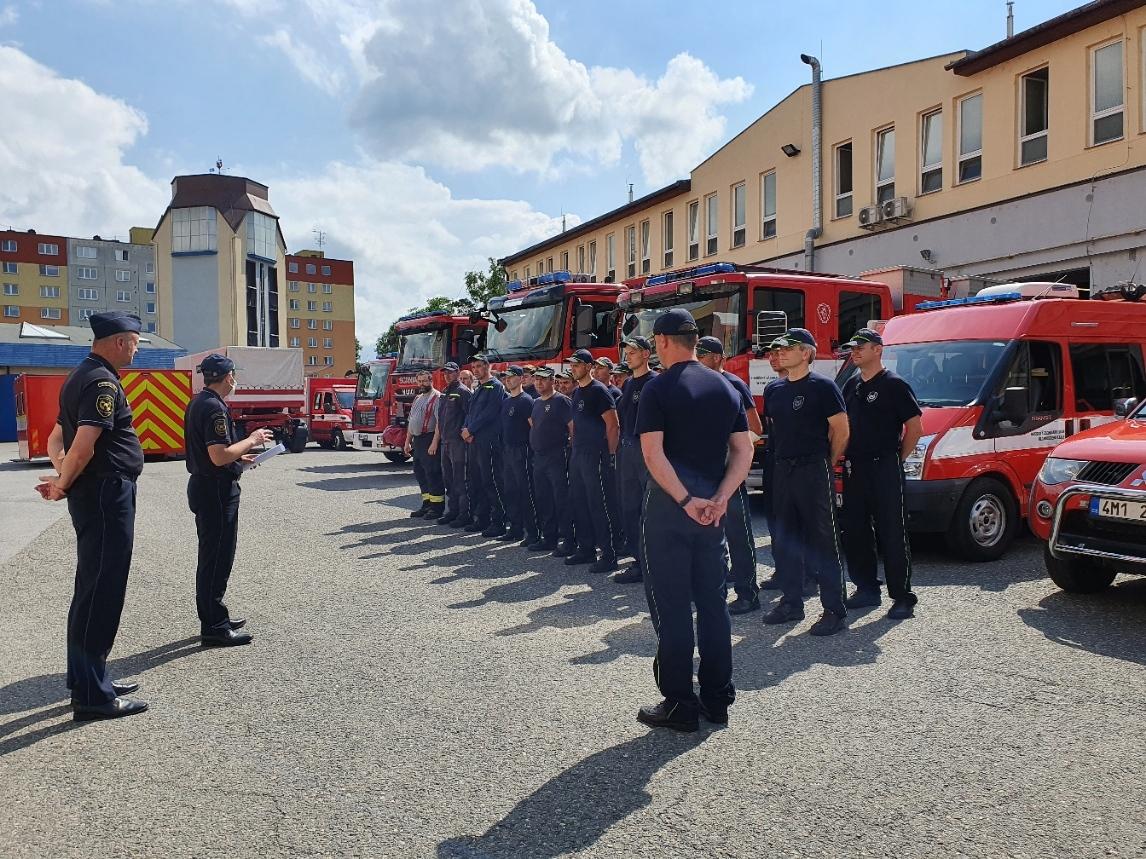 hasiči před odjezdem na jižní Moravu zdroj foto: HZS OLK