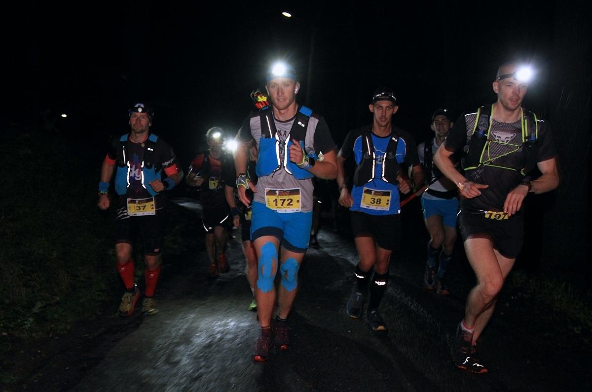 Závod Long vybíhal před půlnocí - Bartosz Misiak (vpravo) zdroj foto: P. Pátek - PatRESS