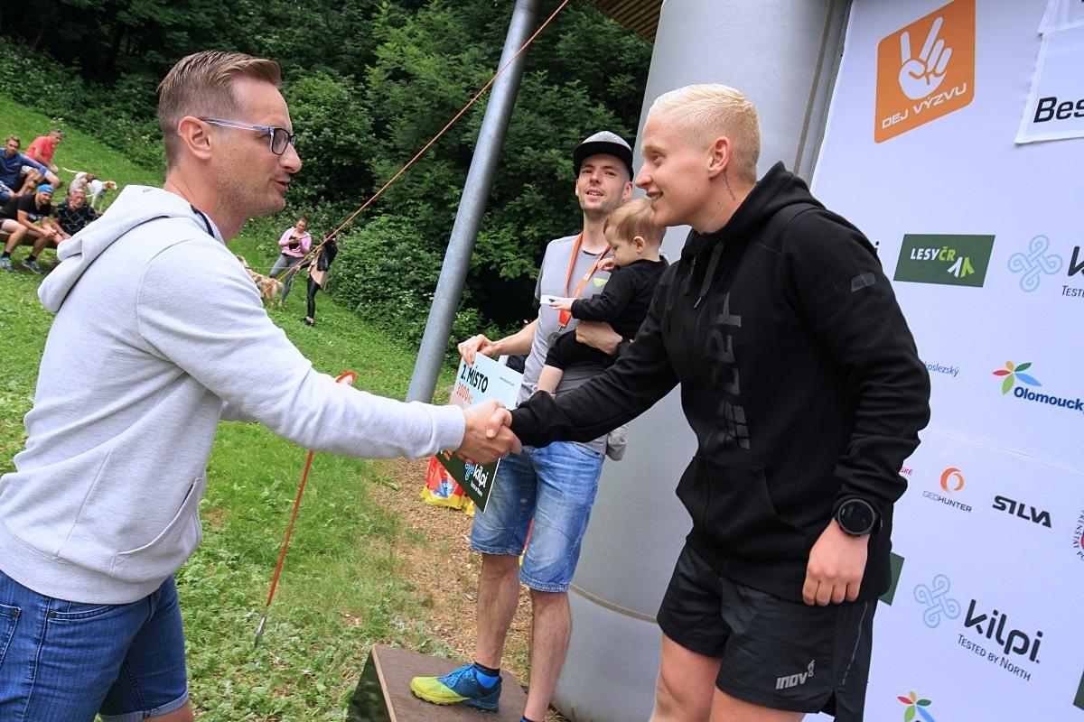 Vítěznému Tomáši Štverákovi gratuloval Jakub Janda zdroj foto: P. Pátek - PatRESS