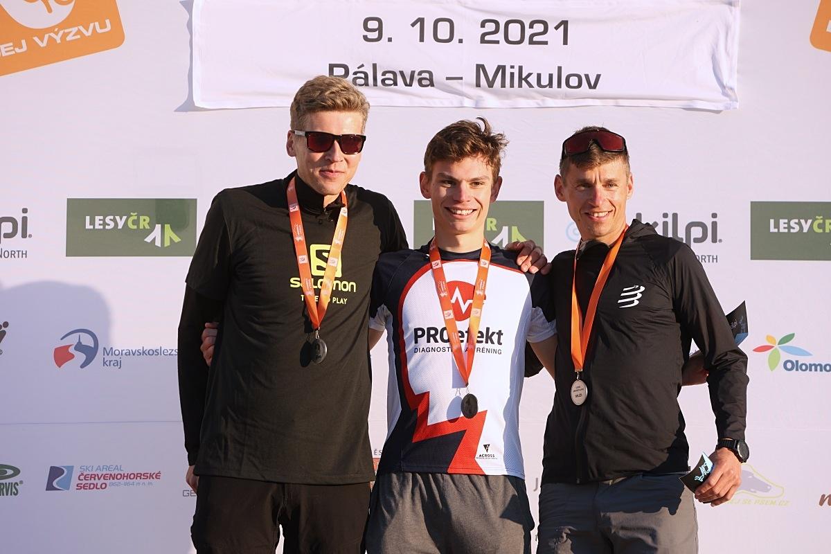 """trojice nejlepších """"Longistů"""" s vítězným Dávidem Žigem a druhým Pavlem Brýdlem (vlevo) zdroj foto: P. Pátek - PatRess"""